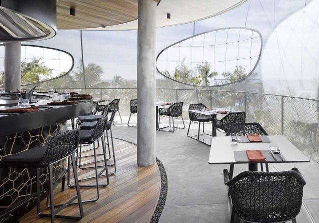 die bequemen MAIA Barstühle von KETTAL zeigen eine elegante Natürlichkeit