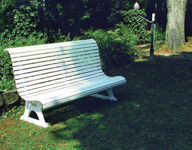 VICTOR, die klassische wetterfeste Parkbank in der Standardfarbe weiß aus Vollkunststoff