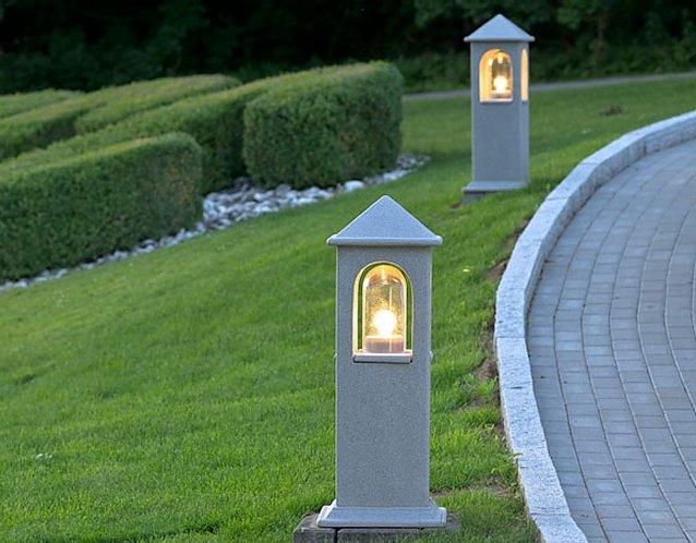 Lichthaus Wegeleuchte, eine standfeste Gartenleuchte mit festsitzenden Spitzdach
