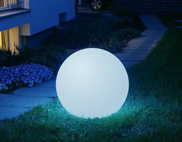 MOONLIGHT Kugelleuchte in der Nacht mit hellblauem Farbfilter