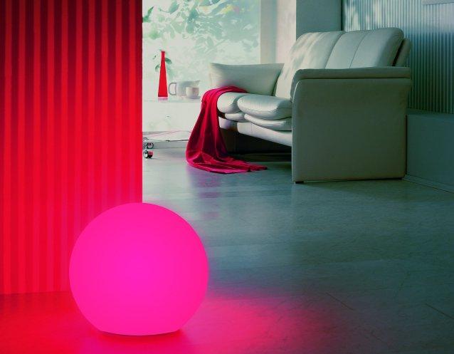 Kugelleuchte mit Emotion Farbfilter in pink