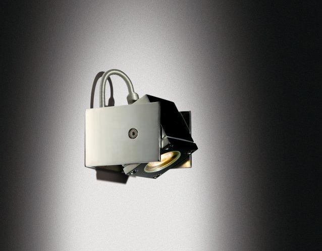 verstellbarer Q-BIC Strahler aus elektropoliertem Edelstahl bei Nacht