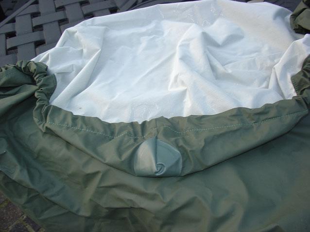 Tischplatten-Abdeckung mit verstärkten Ecken und eingenähtem Gummizug, von innen feines weiches Vlies