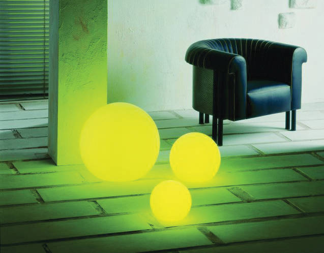 Kugelleuchten mit gelben Farbfiltern im Wohnbereich