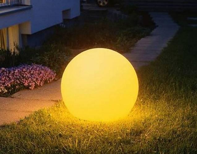 MOONLIGHT Kugelleuchte in der Nacht mit gelbem Farbfilter